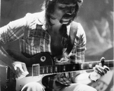Steve_Hackett_18_Dec_1974_Buffalo,_New_York (Wikimedia Commons, Jeff Wurstner / CC BY (https://creativecommons.org/licenses/by/3.0))